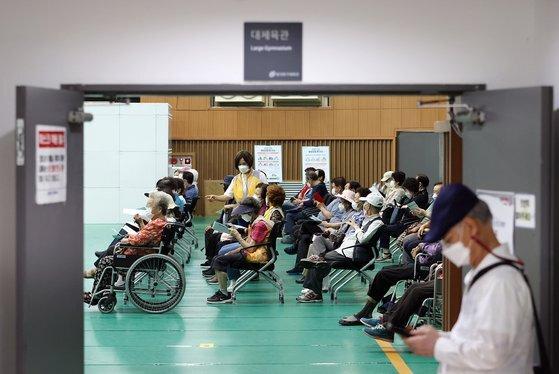 11일 오후 서울 동대문구체육관에 마련된 예방접종센터에서 시민들이 접종 후 이상반응 모니터링을 위해 앉아있다. 연합뉴스