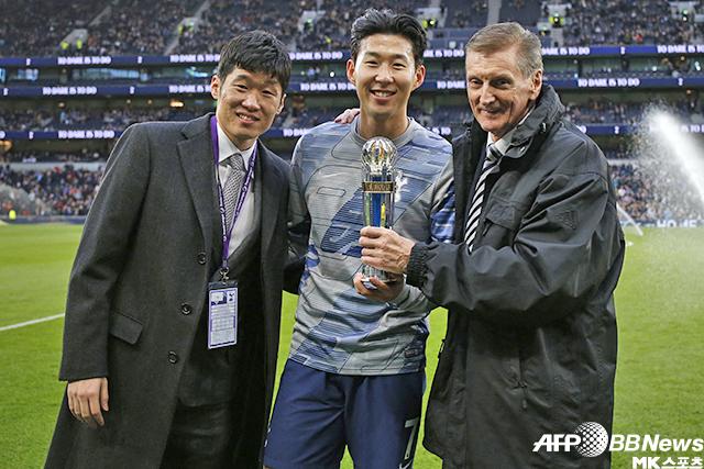 박지성(왼쪽)이 손흥민(가운데)에게 2019 아시아축구연맹 올해의 국제선수상을 전달하고 기념촬영을 하고 있다. 사진=AFPBBNews=News1