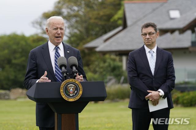 """[세인트아이브스=AP/뉴시스]조 바이든 미국 대통령이 10일(현지시간) 주요7개국(G7) 정상회의에 앞서 영국 콘월 세인트아이브스에서 기자회견을 열고 미국의 글로벌 코로나19 백신 공급 노력을 설명하고 있다. 바이든 대통령은 회견에서 """"내년 상반기까지 전 세계 100여 개국에 화이자 백신 5억 회분을 기부할 것""""이라고 밝혔다. 오른쪽엔 앨버트 불라 화이자 최고경영자(CEO). 2021.06.11."""