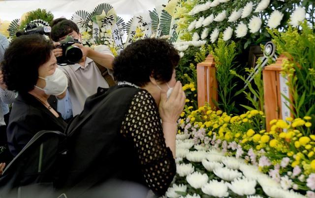 [광주=뉴시스] 김혜인 기자 = 광주 공동주택 붕괴 참사 희생자의 지인들이 11일 오전 광주 동구 서석동 동구청 앞에 마련된 합동분향소를 찾아 오열하고 있다. 2021.06.11. hyein0342@newsis.com