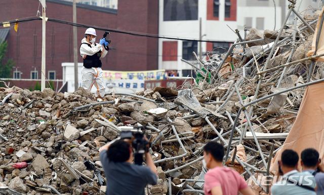[광주=뉴시스] 류형근 기자 = 경찰 등이 10일 오후 광주 동구 학동 재개발공사구간에서 17명의 사상자가 발생한 '철거 건물 버스 매몰 사고'와 관련해 현장감식을 하고 있다. 2021.06.10. hgryu77@newsis.com