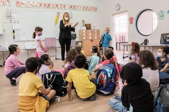 백신 접종률 높다고 아이들 전면등교 괜찮을까. - 성인 코로나19 백신접종률이 높은 이스라엘은 각급 학교의 전면등교를 실시했다. 전문가들은 성인의 백신접종률이 높아진다고 해서 아이들의 감염위험성이 완전히 사라진다고 보기는 어렵다고 진단하고 있다.네이처 제공