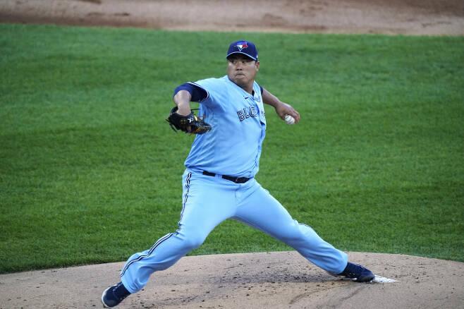 류현진이 11일 시카고 화이트삭스전에 선발 등판해 공을 던지고 있다.   AP연합뉴스