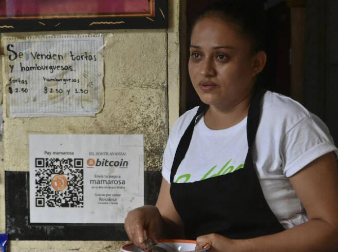 비트코인을 법정통화로 인정하기로 한 엘살바도르 한 상점에 비트코인으로 결제할 수 있다는 안내문이 붙어 있다(사진=AFP)