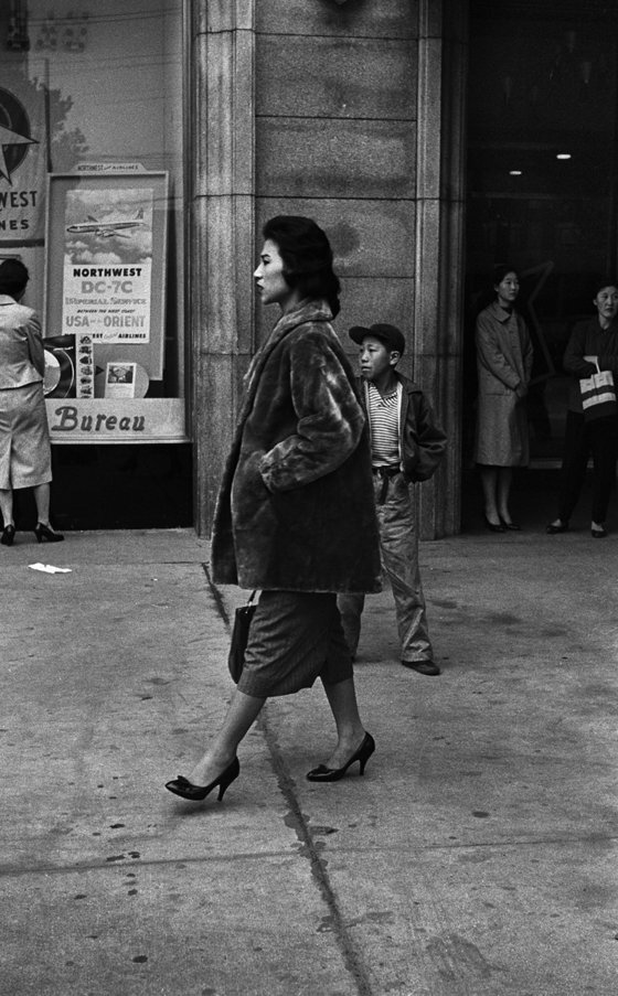 작가의 대표작 중 하나로 한껏 멋을 낸 여인의 모습은 전후 시대라고는 하지만 멋쟁이들이 많았던 당시 명동 풍경을 잘 보여준다. 서울, 을지로1가 (구)반도호텔 앞, 1956~63년. [사진 한영수 문화재단]