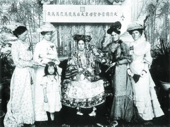 8국 연합군 철수 후 베이징으로 돌아온 즈시 태후는 외국 공사 부인의 접견을 허락했다. 오른쪽 둘째가 미국 공사 부인. 1902년 10월, 즈진청. [사진 김명호]