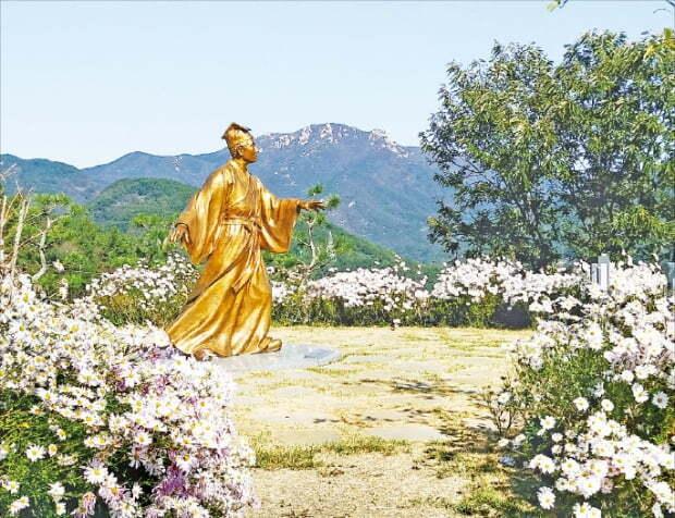 서포 김만중 유배지 남해 노도 '문학의 섬'에 조성된 구운몽 공원의 팔선녀 조각상.
