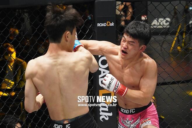 ▲ 김현우는 지영민과 난타전 끝에 3라운드 종료 3-0 판정승을 거두고 프로 2연승을 달렸다.