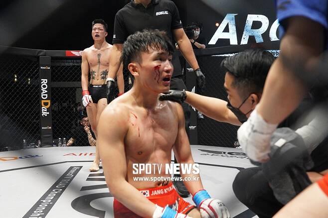 ▲ 장경빈은 오른쪽 뺨에 큰 상처가 나 경기를 지속할 수 없었다. 최지운이 닥터 스톱 TKO승을 거뒀다.
