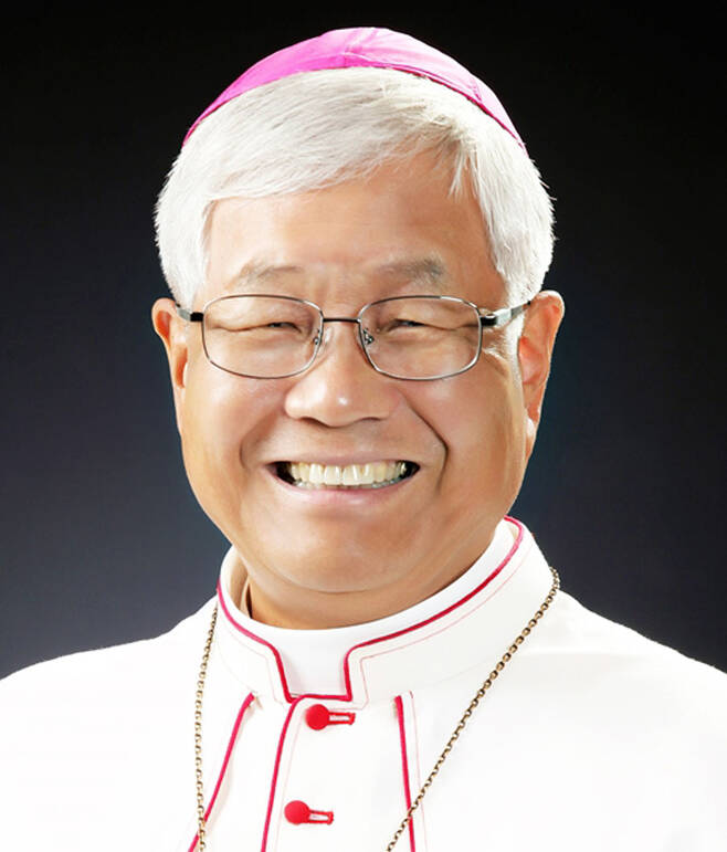 프란치스코 교황, 유흥식 주교 교황청 성직자성 장관에 임명 (서울=연합뉴스) 프란치스코 교황은 11일(현지시간) 교황청 성직자성 장관에 한국 천주교 대전교구 교구장인 유흥식 라자로 주교(70)를 임명했다고 교황청이 밝혔다.       성직자성은 교구 사제와 부제들의 사목 활동을 심의하고 이를 위해 주교들을 지원하는 역할을 하는 부처다. 교황청 역사상 한국인 성직자가 차관보 이상 고위직에 임명된 것은 처음이다. 2021.6.11 [연합뉴스 자료사진] hkmpooh@yna.co.kr