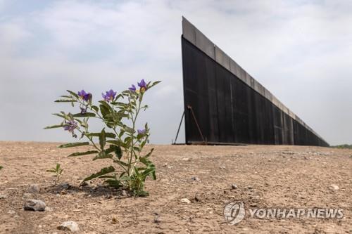 조 바이든 대통령의 행정 명령으로 건설이 중단된 텍사스주 국경 장벽 [Getty Images/AFP=연합뉴스]