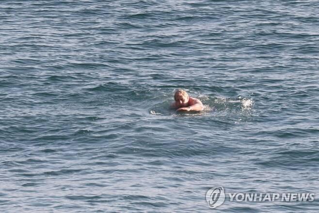 G7 정상회담 이튿날 아침 바다에서 수영 하는 보리스 존슨 영국 총리 [AFP=연합뉴스]