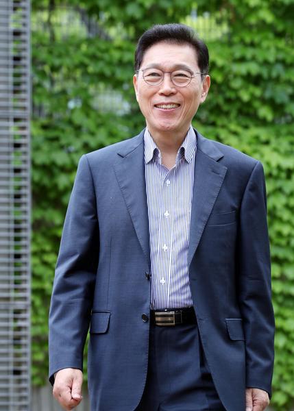 """김태유 교수는 한국 경제발전을 위해서는 공직 전문성 제고가 필수적이라며 """"정부조직 변화 없이도 범부처적으로 유사한 업무를 묶어 10개 내외의 직무군을 만들어야 한다""""고 말했다. <김호영기자>"""