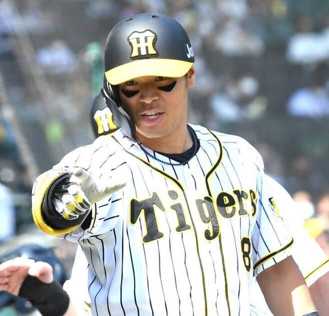 한신 괴물 루키 사토가 신의 아들로 불렸던 다나카로부터 홈런을 뽑아내며 일본 야구계를 술렁이게 하고 있다.            사진=한신 SNS