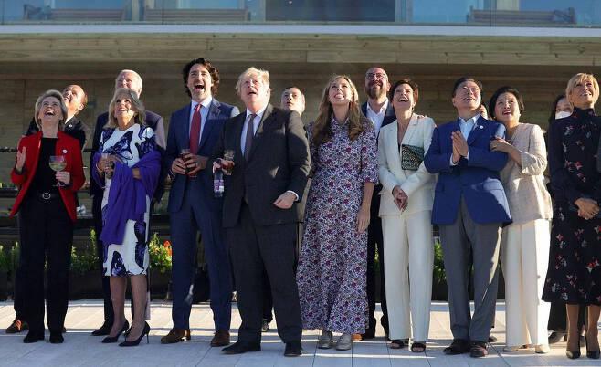 [콘월(영국)=뉴시스]박영태 기자 = 문재인 대통령과 부인 김정숙 여사가 12일(현지시간) 영국 콘월 카비스베이에서 영국 보리스 존슨 총리 내외를 비롯한 참석자들과 G7 정상회의 에어쇼를 관람하고 있다. 2021.06.13. (사진=영국 총리실 제공) photo@newsis.com *재판매 및 DB 금지