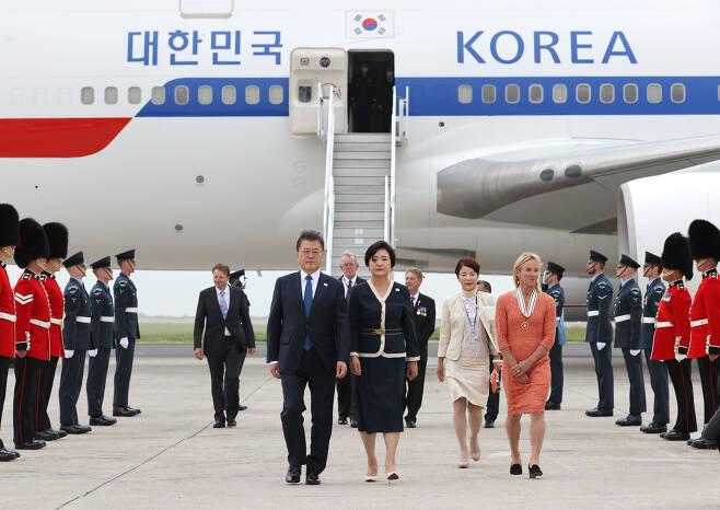 G7 정상회의 참석차 영국을 방문한 문재인 대통령이 11일(현지시간) 영국 콘월 뉴키 공항에 도착해 부인 김정숙 여사와 공군 1호기에서 내리고 있다. 2021.6.12 연합뉴스