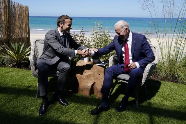 조 바이든(오른쪽) 미국 대통령과 에마뉘엘 마크롱 프랑스 대통령이 12일(현지 시간) 양자회담에서 손을 맞잡고 밝게 웃고 있다. /AP연합뉴스