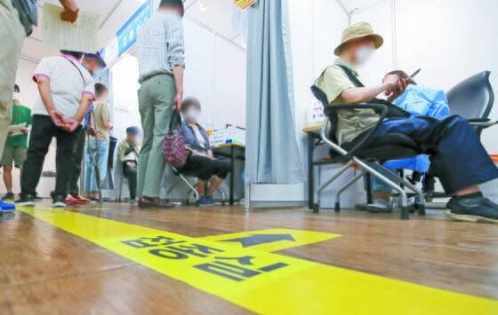 12일 오후 서울 강동구 예방접종센터에서 어르신들이 백신을 접종받고 있다. [연합뉴스]