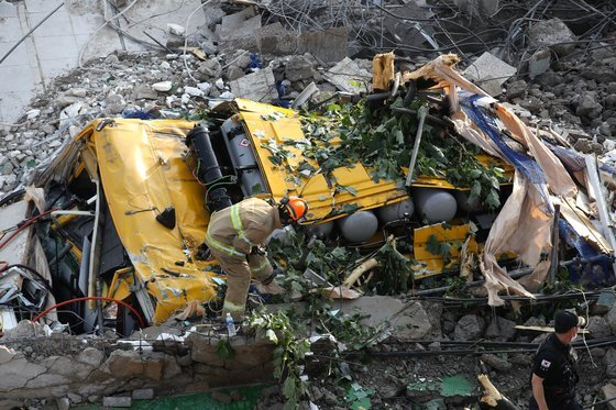 지난 9일 오후 광주 동구 학동의 한 철거 작업 중이던 건물이 무너져 내리며 시내버스 등이 매몰됐다. 사진은 사고 현장에서 119 구조대원들이 구조 작업을 펼치는 모습. 연합뉴스