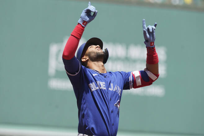 토론토 테오스카 에르난데스가 1회 스리런 홈런을 때린 뒤 세리머니를 하고 있다. | AP연합뉴스
