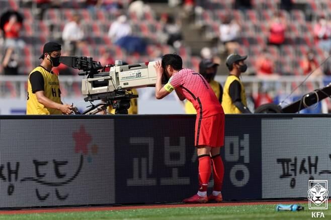▲ 레바논과 경기에서 페널티킥으로 득점한 뒤 세리머니하는 손흥민. 카메라를 바라보며 크리스티안 에릭센을 향한 응원의 메시지를 보냈다. ⓒ대한축구협회