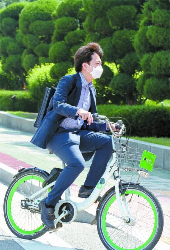 국민의힘 이준석 대표가 13일 오전 따릉이를 타고 서울 영등포구 국회의사당으로 첫 출근하고 있다. 2021.6.13 오종택 기자