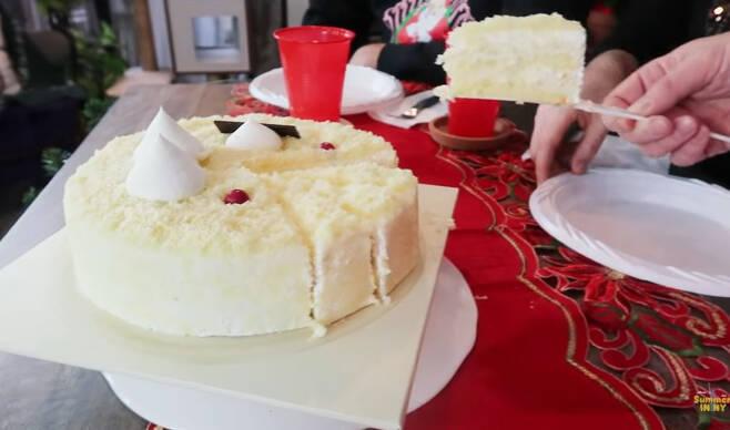 미국에서 한 현지 유튜버가 한국의 '고구마케이크'를 먹고 있다. [유튜브 캡처]