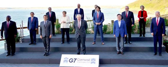 문 대통령, G7 정상과 기념촬영 - 주요 7개국(G7) 정상회의 참석차 영국을 방문 중인 문재인 대통령이 12일(현지시간) 영국 콘월 카비스베이 양자회담장 앞에서 참가국 정상들과 기념사진을 촬영하고 있다. 연합뉴스