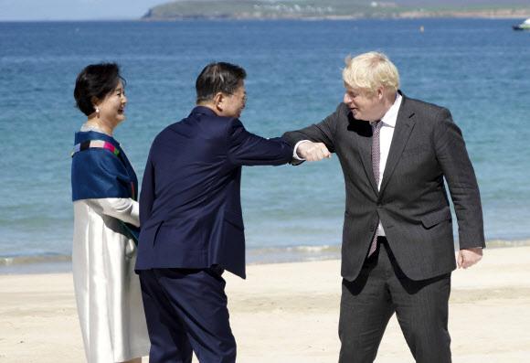 공식 환영식 참석한 문 대통령 내외 - G7 정상회의 참석차 영국을 방문 중인 문재인 대통령 내외가 12일(현지시간) 영국 콘월 카비스베이 해변 가설무대에서 열린 초청국 공식 환영식에서 영국 보리스 존슨 총리 내외와 인사하고 있다. 2021.6.13 연합뉴스