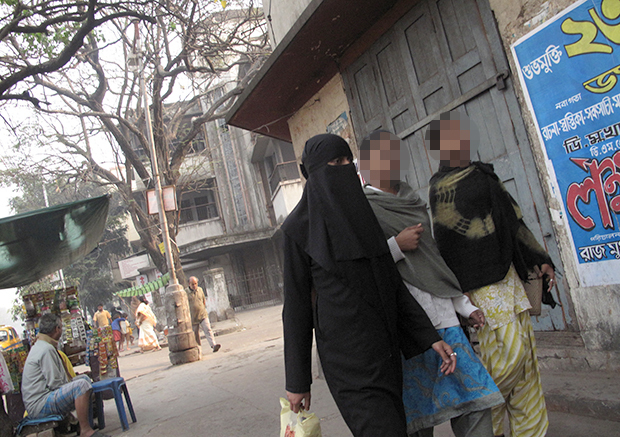 인도 콜카타에서 어머니와 길을 걷는 10대 소녀들. 기사 내용과 무관함./123rf 자료사진