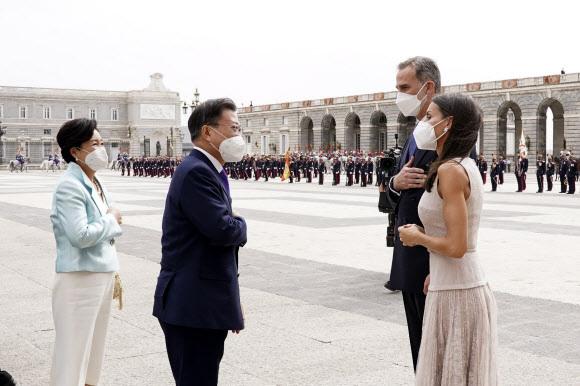 - 스페인을 국빈 방문 중인 문재인 대통령과 김정숙 여사가 15일(현지시간) 스페인 마드리드왕궁에서 열린 공식 환영식서 펠리페 6세 스페인 국왕 내외와 인사를 나누고 있다.  2021.6.16연합뉴스