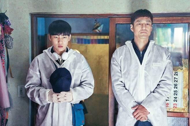 '무브 투 헤븐'에서 아버지 역 지진희(오른쪽)와 함께 유품 정리 전 망자를 추모하는 모습. /넷플릭스