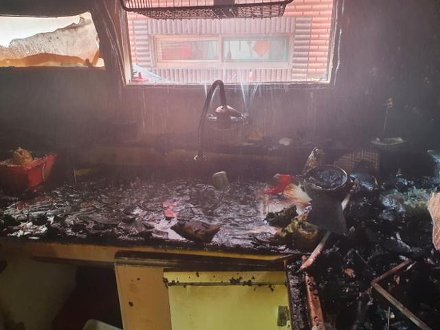 지난해 9월 14일 오전 인천 미추홀구 용현동 한 다세대주택에서 부모가 집을 비운 상황에서 초등학생 형제가 라면을 끓이려다가 불을 내 온몸에 화상을 입는 등 크게 다쳤다. 사진은 화재 현장 모습. 인천 미추홀소방서 제공