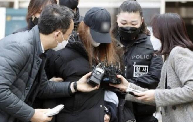피고인 A씨가 지난 3월11일 구속 전 피의자 심문을 받기 위해 대구지법 김천지원 법정에 들어서고 있다. 연합뉴스