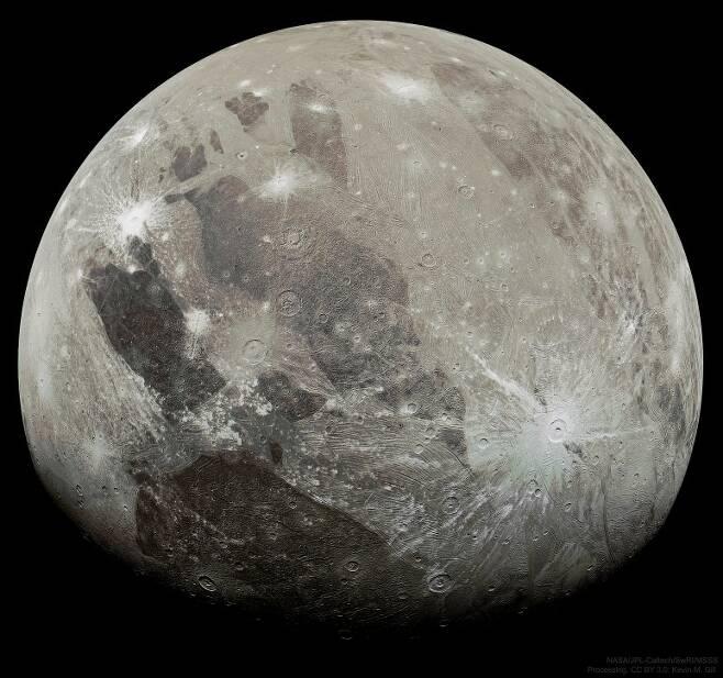 NASA의 목성 탐사선 '주노'가 목성의 가장 큰 위성(달)인 '가니메데'를 20여 년 만에 근접 비행하면서 촬영해 전송한 고해상도 사진.사진=NASA/JPL-Caltech/SwRI/MSSS; Processing & License: Kevin M. Gill