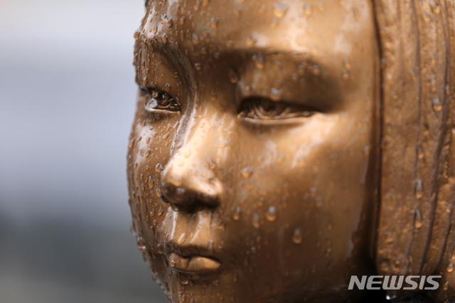 [서울=뉴시스] 서울 종로구 옛 일본대사관 앞에 평화의 소녀상이 자리하고 있다. (사진=뉴시스 DB). photo@newsis.com