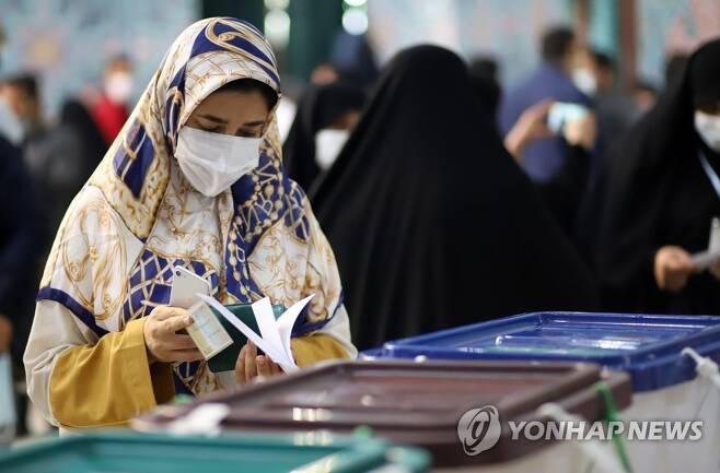 대선 투표하는 이란인들 (테헤란=연합뉴스) 이승민 특파원 = 이란 대선일인 18일(현지시간) 수도 테헤란 미르다마드 지역 투표소에서 유권자들이 투표하고 있다. 2021.6.18 logos@yna.co.kr