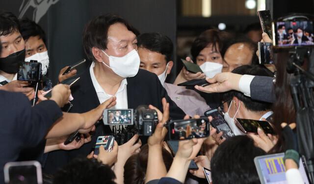 윤석열 전 검찰총장이 지난 9일 오후 서울 중구 남산예장공원 내에 있는 이회영 기념관 개관식에 참석해 전시물을 관람한 뒤 취재진에 둘러싸여 있다. 공동취재사진