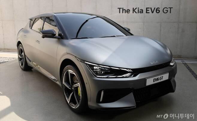 지난 2일 오전 서울 성동구 코사이어티에 기아자동차의 천 전용 전기차 EV시리즈 'The KIA EV6 GT' 모델이 전시되어 있다. /사진=김휘선 기자 hwijpg@