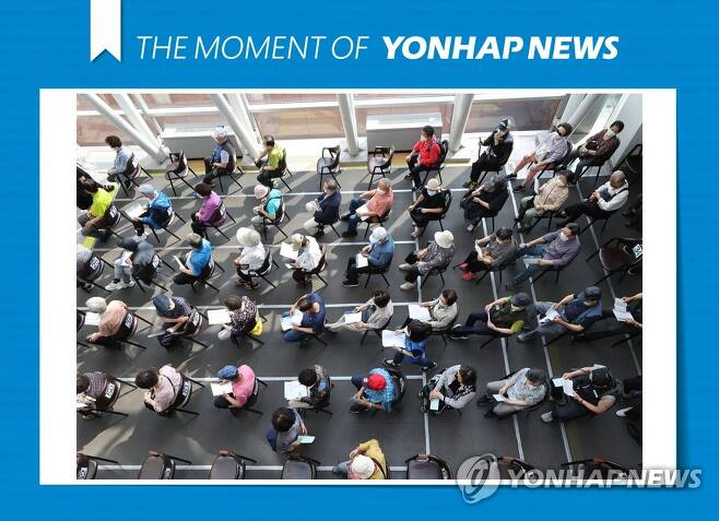 [모멘트] 오늘도 계속된 백신 접종 (서울=연합뉴스) 서명곤 기자 = 23일 오전 서울 성북구 예방접종센터에서 시민들이 백신 접종을 마친 뒤 이상반응 모니터링을 위해 대기하고 있다. 2021.6.23 [THE MOMENT OF YONHAPNEWS] seephoto@yna.co.kr