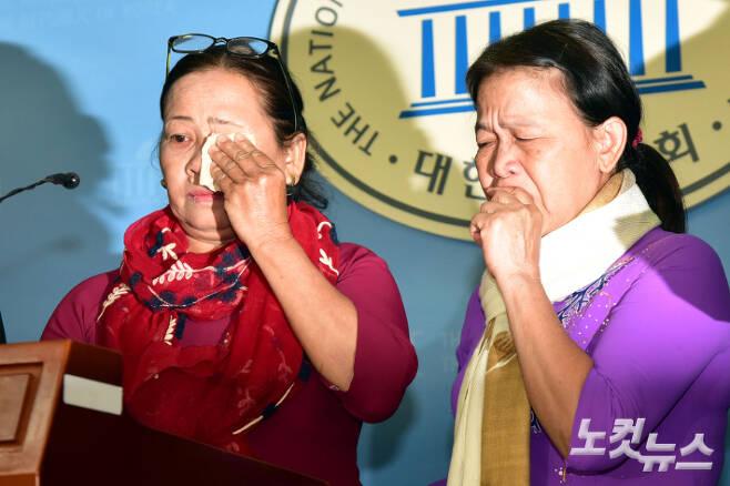 베트남전 퐁니퐁넛 사건 생존자 응우옌티탄 씨등이 지난 2018년 4월 19일 오전 국회 정론관에서 베트남전 한국군 민간인 학살 진상규명을 촉구하는 기자회견에 참석해 당시의 상황을 증언하며 눈물을 보이고 있다. 윤창원 기자