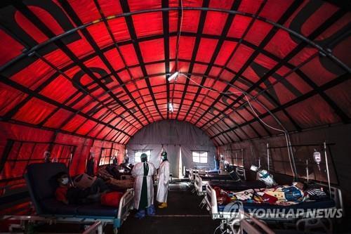 보고르의 병원에 설치된 코로나 병상 텐트 [AFP=연합뉴스]