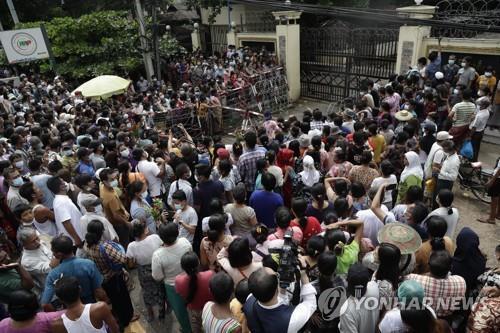 양곤 인세인 교도소 앞에서 석방을 기다리는 시민들. 2021.6.30. [EPA=연합뉴스]