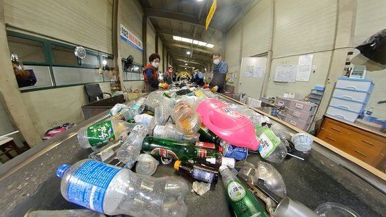 김포시 공공선별장에서 작업자들이 종류별로 폐플라스틱 분리하고 있다. 왕준열PD