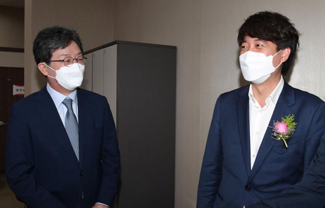 국민의힘 이준석(오른쪽) 대표와 유승민 전 의원이 2일 서울 양천구 kt체임버홀에서 열린 'CBS 제31대 재단이사장 이취임 감사 예식'에 참석해 대화하고 있다. 뉴스1