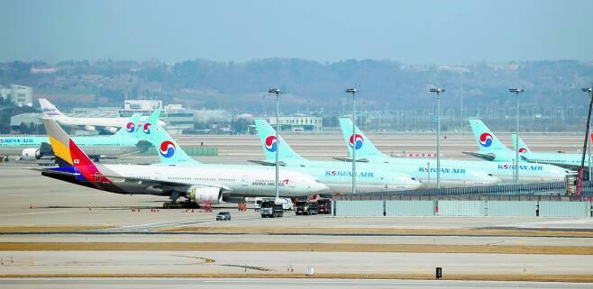 인천공항 계류장에 대한항공과 아시아나항공 비행기가 나란히 주기돼 있다. [연합뉴스]