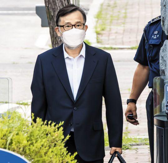 """장 부장검사는 """"김학의 전 차관의 법정구속 이후 공익신고를 결심했다""""고 했다. 사진은 뇌물 혐의로 실형을 선고받았던 김 전 차관이 대법원의 무죄 취지 파기 환송에 따라 지난 6월 보석으로 석방되는 모습. /이태경 기자"""