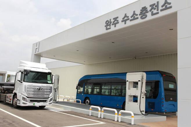 상용차와 승용차를 동시에 충전할 수 있는 완주 수소 충전소.