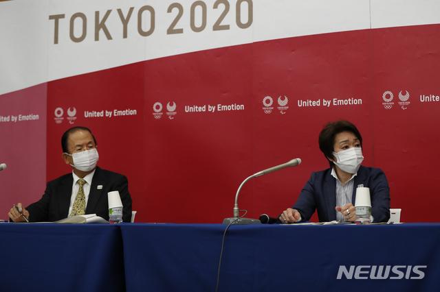 [도쿄=AP/뉴시스]하시모토 세이코(오른쪽) 도쿄올림픽·패럴림픽 조직위원회 위원장과 무토 토시로 도쿄올림픽 조직위원회 사무총장이 2020 도쿄올림픽을 한 달 앞둔 지난달 23일 도쿄에서 지방자치 단체와의 회의 후 기자회견을 하고 있다. 2021.07.20.