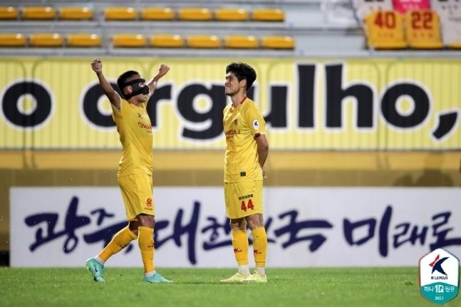 광주FC의 이순민(오른쪽)이 득점에 성공한 뒤 세레머니를 펼치고 있다. (한국프로축구연맹 제공)